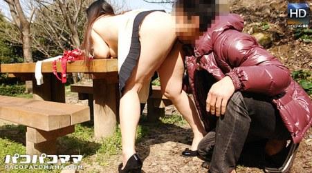 豊満ボディーの人妻と公園で青姦